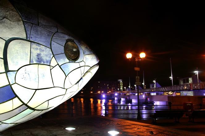 « The Salmon of knowledge» (« le saumon de la sagesse»), sculpture en céramique érigée en 1999 au bord du fleuve Lagan, à Belfast.