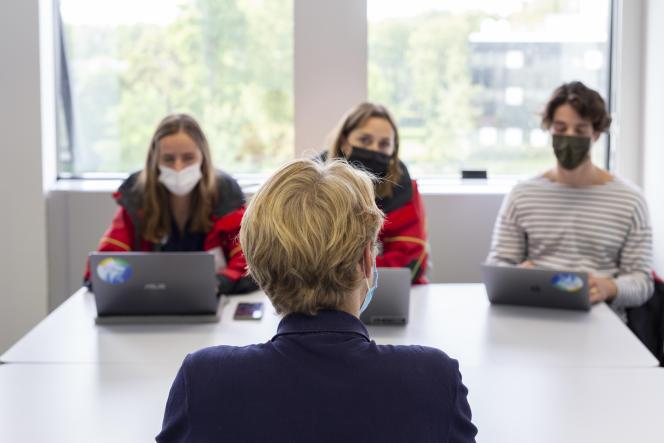 Des membres de l'association Course Croisière Edhec font passer un entretien d'intégration à un première année, à Lille, le 21 septembre 2021.