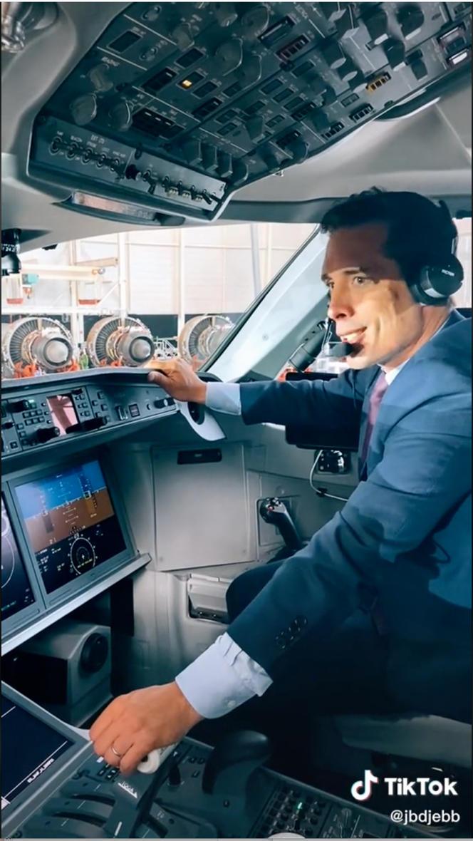 Jean-Baptiste Djebbari s'affichait sur TikTok, dans le tout premier Airbus A220 d'Air France, le 30 septembre 2021.