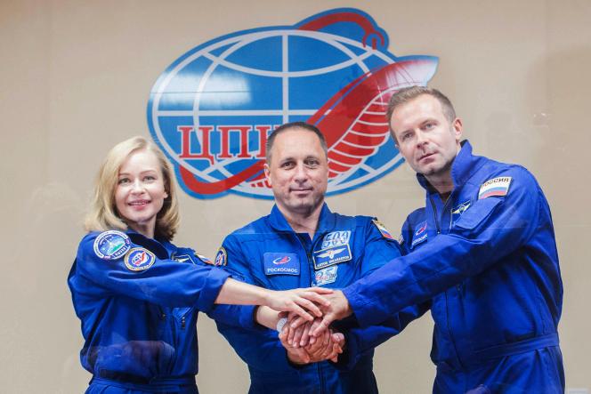 W towarzystwie doświadczonego kosmonauty Antona Chkaplerova (w środku), 37-letniej aktorki Julii Peresild i 38-letniego reżysera Klima Czepenko, zaplanowano lot we wtorek, 5 października 2021 r., na Międzynarodową Stację Kosmiczną (ISS).