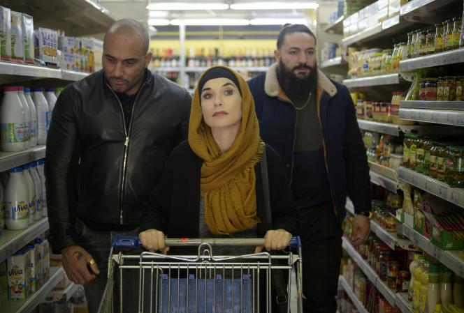 Kamel Guenfoud, Isabelle Huppert et Youssef Sahraoui dans«La Daronne», de Jean-Paul Salomé.