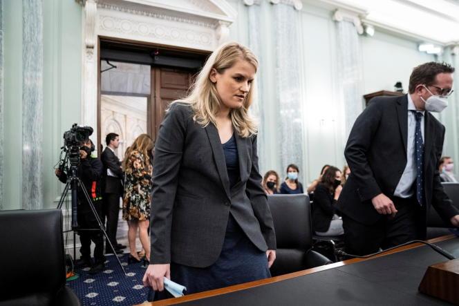 La lanceuse d'alerte Frances Haugen arrive à son audition à la commission sénatoriale américaine, à Washington (Etats-Unis), le 5 octobre 2021.