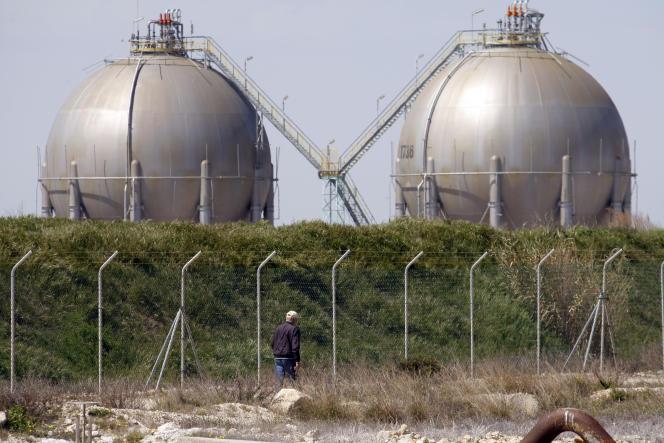 Des réservoirs de stockage de gaz au bord de l'étang de Berre, près de Marseille, le 10 avril 2015.