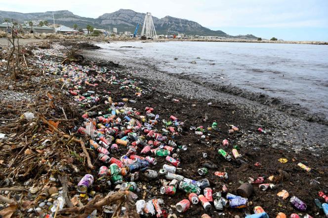 Une plage couverte de déchets à Marseille, le 5 octobre 2021.
