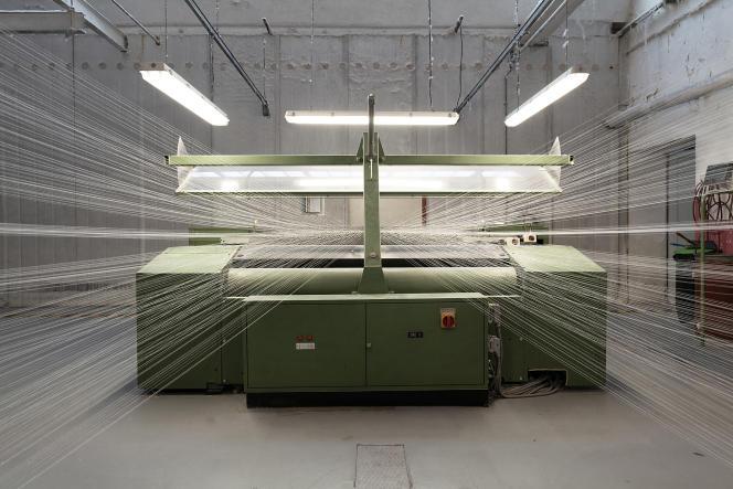 Une machine d'ourdissageprépare les fils avant le tissage, dans l'usine Emanuel Lang à Hirsingue (Haut-Rhin), le 3 septembre 2021.