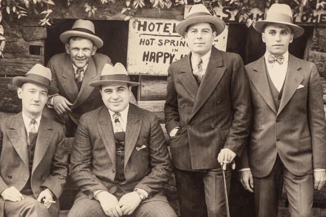 Al Capone (au centre) et ses associés, à Hot Springs (Arkansas), sur une photo non datée.