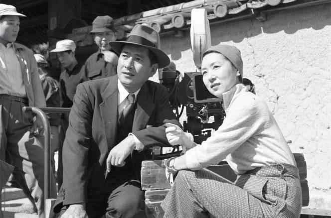 L'actrice et réalisatrice Kinuyo Tanaka (1909-1977) sur le tournage de «La lune s'est levée» (1955).