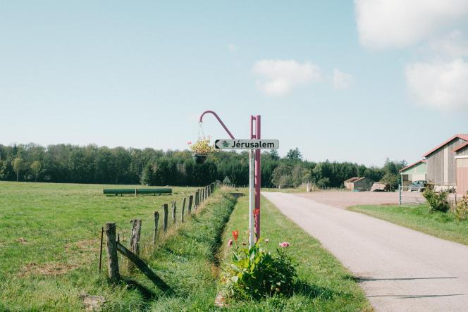 Un panneau indique la direction à suivre pour rejoindre le hameau de Jérusalem depuis celui de Moscou, le 24 septembre 2021, dans les Vosges.