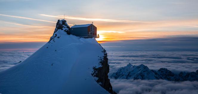 Le refuge de l'Aigle, à 3 450 mètres d'altitude, est posé en équilibre sur le rocher de l'Aigle.