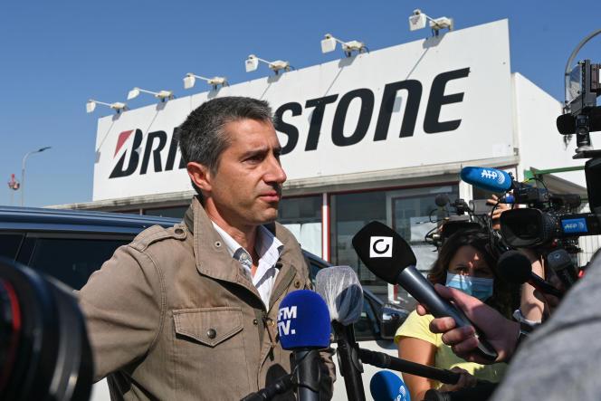 Le député La France Insoumise Francois Ruffin, le 21 septembre 2020, venu soutenir les employés de l'usinede pneus Bridgestone à Béthune (Pas-de-Calais), en lutte contrela fermeture du site annoncée une semaine plus tôt.