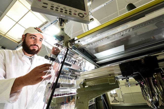 Un ouvrier de l'usine 3D Tex, à Saint-Malo (Ille-et-Vilaine), le 17 septembre 2021.