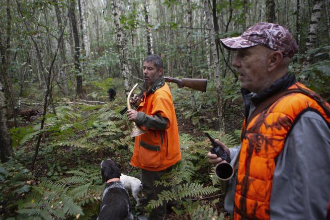 Laurent Richard et Denis Salmoiraghi lors d'une chasse à Mittainville, dans les Yvelines, le 19 septembre 2021.