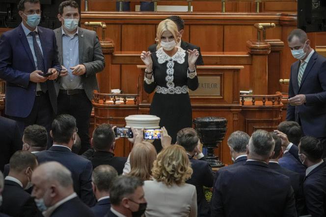 Rumuński deputowany podczas głosowania nad wotum nieufności dla rządu Florina Seto w parlamencie w Bukareszcie 5 października 2021 r.
