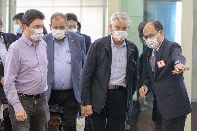 Der französische Senator Alain Richard (zweiter von rechts) bei seiner Ankunft am internationalen Flughafen Taiwan Taoyuan am 6. Oktober 2021.