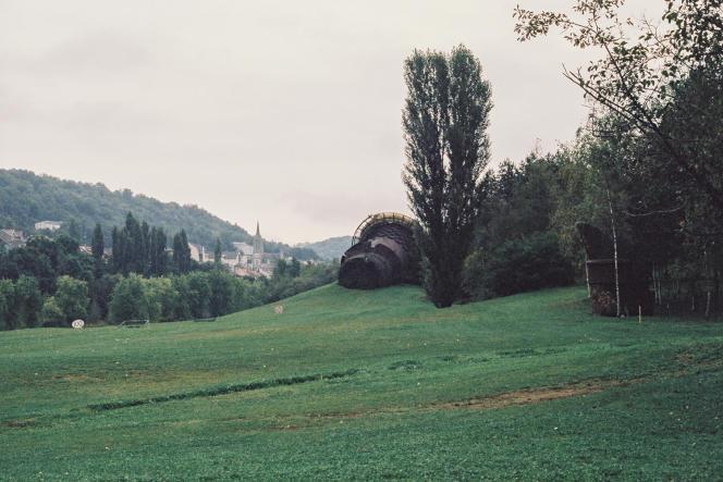 L'ancien haut-fourneau occupe toujours le green du golf de Longwy (Meurthe-et-Moselle), en septembre 2021.