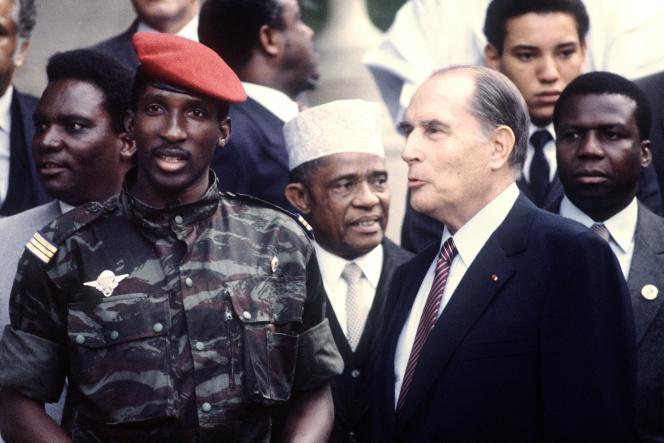 Le président burkinabé Thomas Sankara avec son homologue français François Mitterrand, le 3 octobre 1983, à Vittel, durant le 10e sommet France-Afrique.