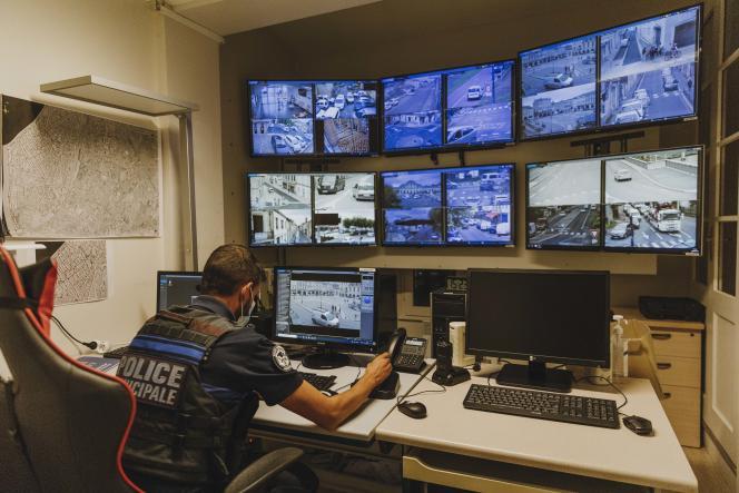 Libourne, ville laboratoire en matière de vidéosurveillance. Centre de surveillance urbaine ( CSU) au centre de police de la ville.