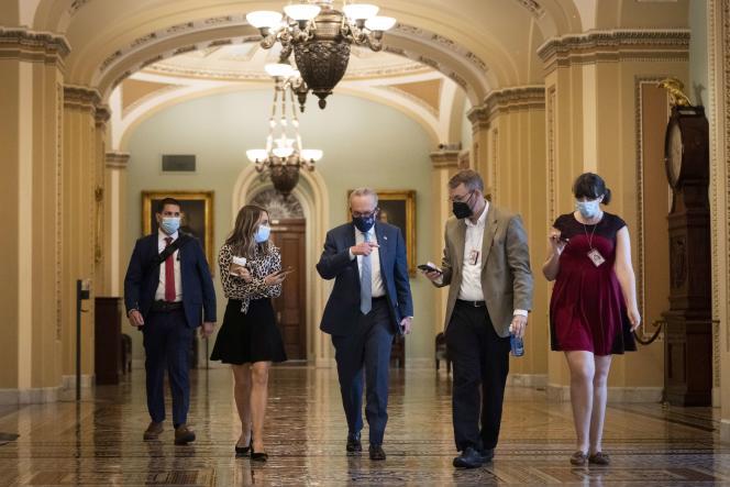 Przywódca większości w Senacie Chuck Schumer z dziennikarzami na Kapitolu 7 października 2021 r. w Waszyngtonie.