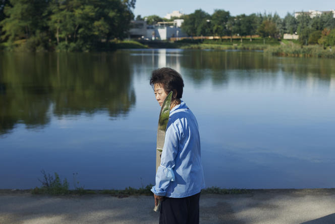 Une pratiquante de Tai Chi au bord de l'étang des Ibis, à Lognes (Seine-et-Marne), le 16 septembre 2021.
