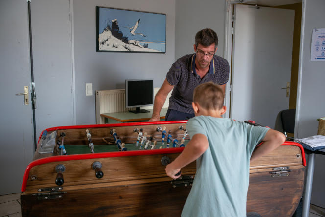 Un éducateur et un pensionnaire des Matins bleus, à Saint-Rémy-de-Provence (Bouches-du-Rhône), le 16 septembre 2021.