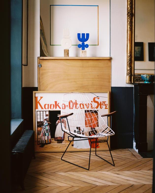 Le salon de l'appartement Merci, situé quai de la Tournelle, à Paris, le 13septembre. Fauteuil de Cees Braakman FM06 Pastoe Vintage, Photographie au sol de Stéphane Gladieu de la School Gallery, Peinture Murale de Sophie Glasser.