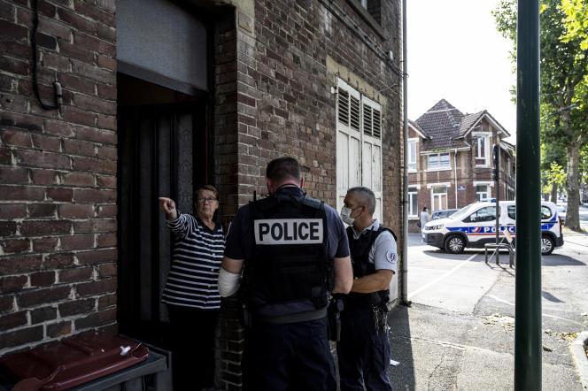 Deux policiers du commissariat central de Lens (Pas-de-Calais) règlent un différend entre voisins, le 31août 2021.
