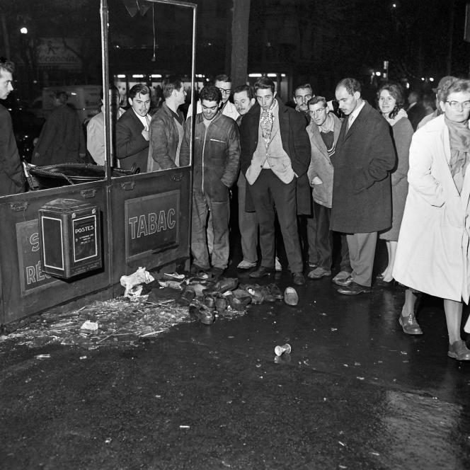 Des passants regardent des chaussures de manifestants lors du rassemblement parisien du 17 octobre 1961.