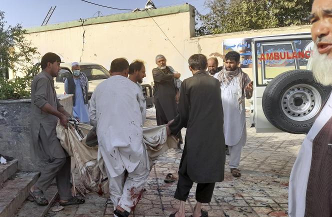 A Kunduz, sur les lieux de l'attentat.