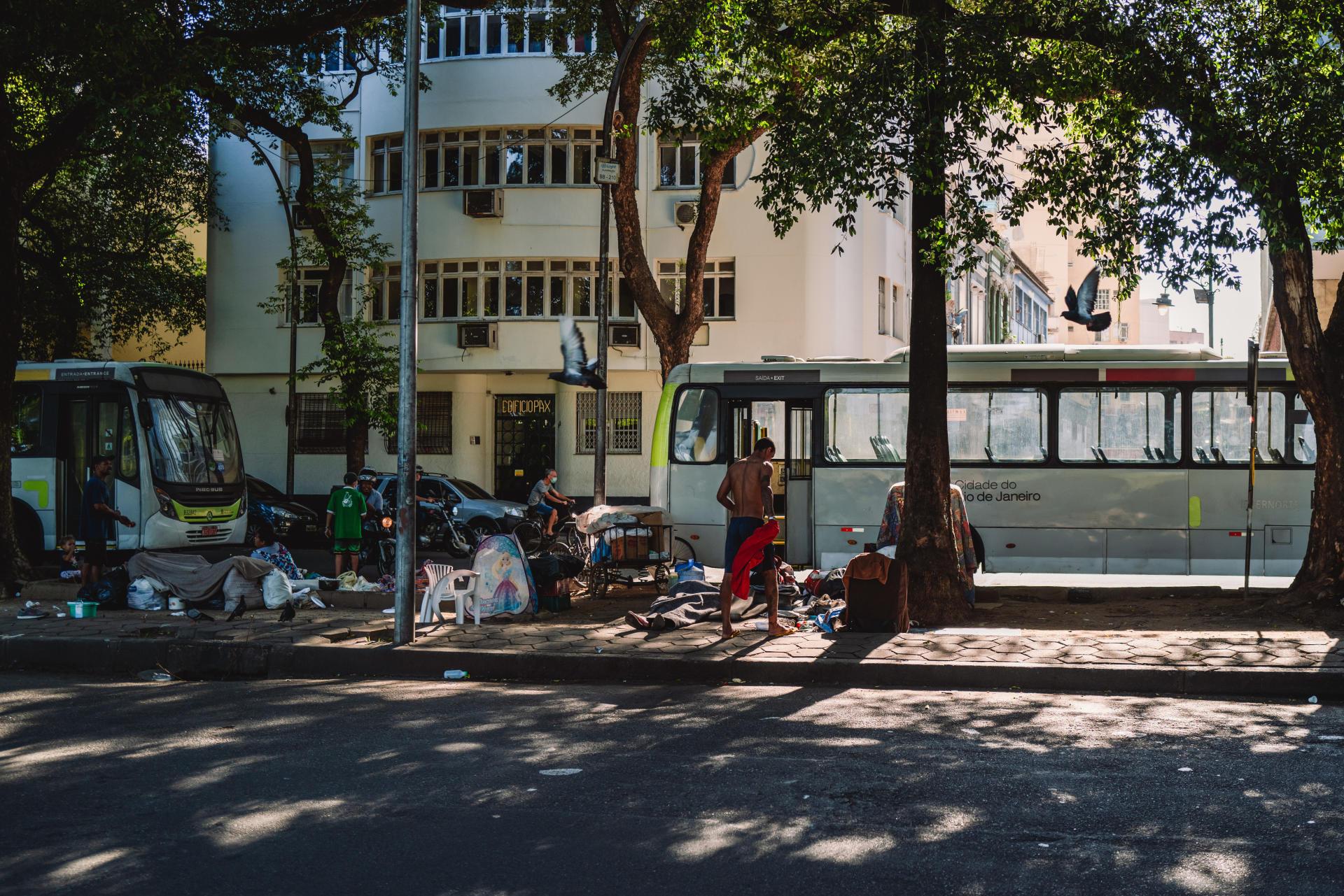 Une famille vivant dans la rue dans un camp de fortune sur l'Avenida Augusto Severo, dans le quartier de Gloria, au centre-ville de Rio de Janeiro (Brésil), le 24 septembre 2021.