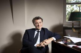 François Baroin, homme politique français (LR) et maire de Troyes (1995-) et président de l'Association des maires de France (2014-2021). Il est photographié dans son bureau au 41 Quai d'Orsay à Paris. Baroin est un avocat et un homme politique, qui a été ministre des Finances (2011-2012) et ministre du Budget (2010-2011) dans le gouvernement du Premier ministre François Fillon. Photo © Ed Alcock / M.Y.O.P. 6/10/2021 François Baroin, French politician (LR) and Mayor of Troyes (1995-) and the President of the Association of Mayors of France (2014-2021). He is photographed in his office at 41 Quai d'Orsay in Paris. Baroin is a lawyer and politician, who served as Finance Minister (2011-2012) and Budget Minister (2010-2011) in the government of Prime Minister François Fillon. Photo © Ed Alcock / M.Y.O.P. 6/10/2021