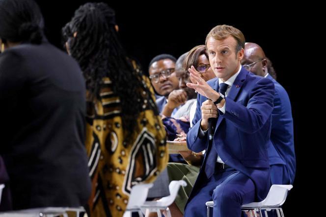 Le président de la République, Emmanuel Macron, dialogue avec des représentants du continent africain sur la scène de l'aréna Sud-de-France, lors du sommet Afrique-France, à Montpellier, le 8 octobre 2021.