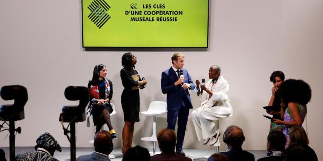 A Montpellier, lors du sommet Afrique-France, le 8 octobre 2021, le président Macron dialogue avec la conservatrice de musée camerounaise Koyo Kouoh.
