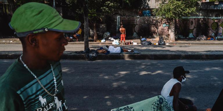 Luis Felipe, un enfant des rues, vit dans un camp improvisé sur la place Cardeal Camara, dans le quartier de Lapa, au centre-ville de Rio de Janeiro. Bresil, 24 septembre 2021.