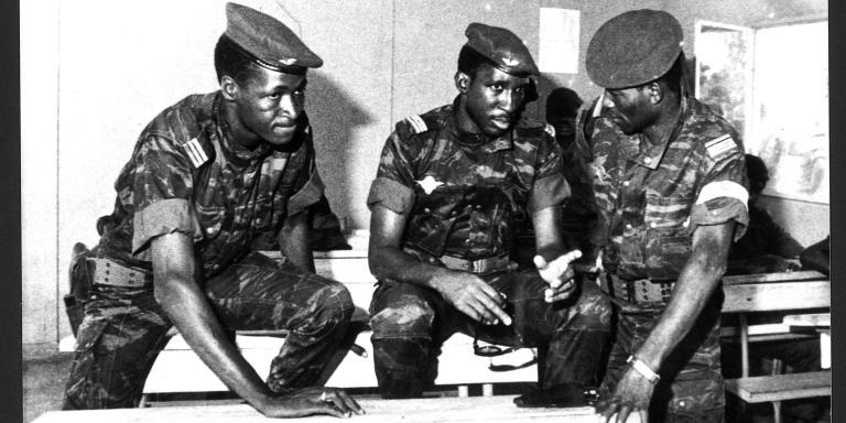 Haute Volta. les vainqueurs du 04/08/1983. De gauche à droite : Capitaine Blaise Compaoré, Capitaine Thomas Sankara, et le Commandant Lingani. Archives Jeune Afrique