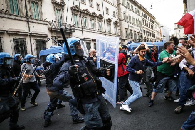 Affrontements entre la police et des manifestants, à Rome, le 9octobre2021.