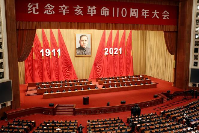 Um retrato de Sun Yat-sen está pendurado em uma reunião que comemora a revolução de 1911 em 9 de outubro de 2021 no Palácio da Assembleia do Povo em Pequim, China.