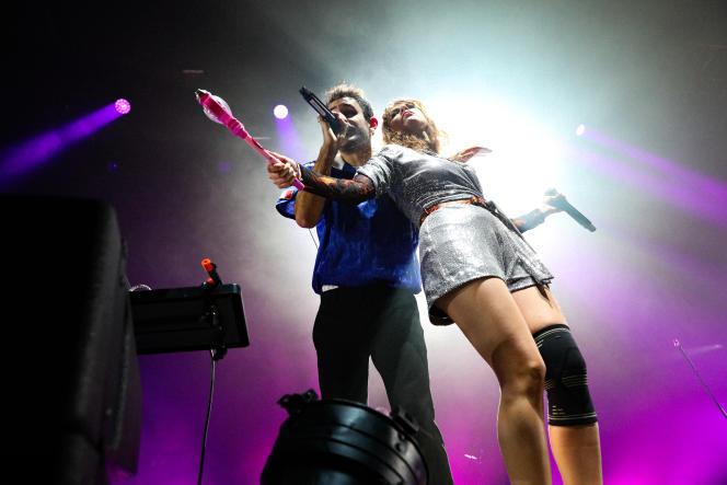 Les chanteurs du groupe de rock Therapie Taxi,Raphaël Faget-Zaoui et Adélaïde Chabannes de Balsac, au Zénith, le 8 octobre 2021.