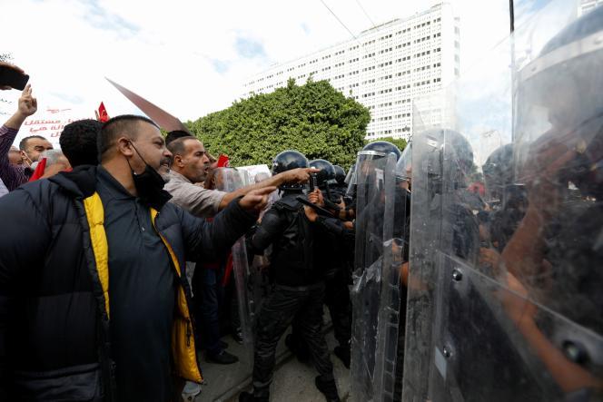 Durante una manifestazione contro la presa del potere del presidente tunisino Kais Saied a Tunisi il 10 ottobre 2021.