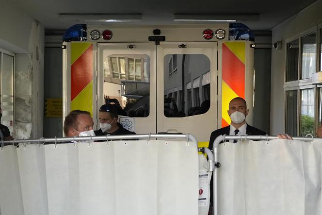 Un'ambulanza che trasporta il presidente ceco Milos Zeman arriva in un ospedale militare di Praga il 10 ottobre 2021.