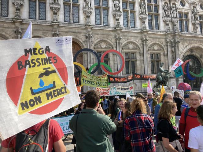 Des opposants à l'artificialisation des terres agricoles manifestent, dimanche 10 octobre, devant l'Hôtel de Ville de Paris.