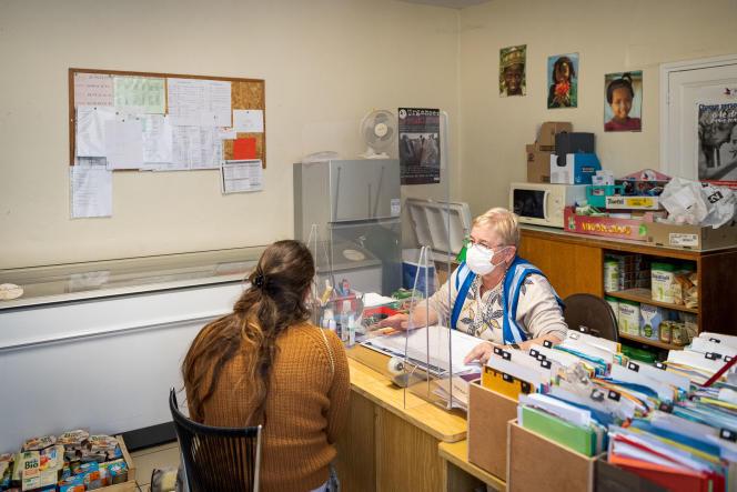 Une bénévole du Secours populaire accueille une nouvelle bénéficiaire, à Châtellerault (Vienne), le 7 octobre.