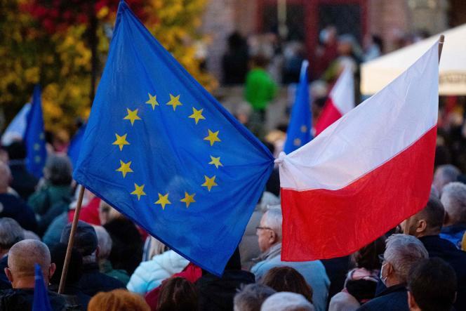 Demonstranten schwenken am Sonntag, 10. Oktober 2021, die angebrachten europäischen und polnischen Flaggen zur Verteidigung der Mitgliedschaft Polens in der Europäischen Union.