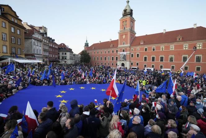 Demonstranten schwenken am Sonntag, 10. Oktober 2021, in Warschau europäische und polnische Flaggen.