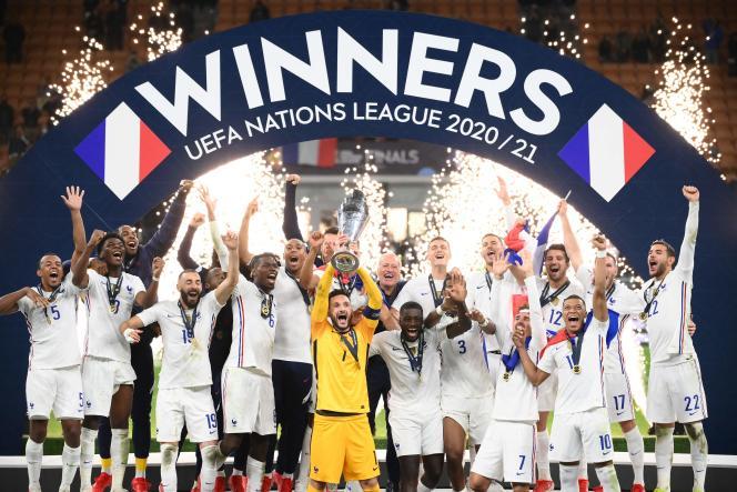 Hugo Lloris, kapten the Blues, mengangkat trofi Liga Bangsa-Bangsa setelah menang 2-1 atas Spanyol, di Milan, 10 Oktober 2021.