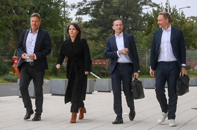 De gauche à droite, les dirigeants des Verts allemands, Robert Habeck et Annalena Baerbock, et ceux des libéraux (FDP), le secrétaire général, Volker Wissing, et le leader du parti, Christian Lindner, à Berlin le 11 octobre 2021, pour discuter de la formation du gouvernement de coalition.