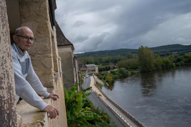 Le balcon de cet habitant de Beynac-et-Cazenac (Dordogne) donne sur la route concernée par le projet de déviation, le 20septembre2021.
