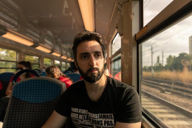 Le militant antispéciste Amadeus, dans le RER D, au retour de la manifestation à Cesson (Seine-et-Marne), le 12septembre2021.