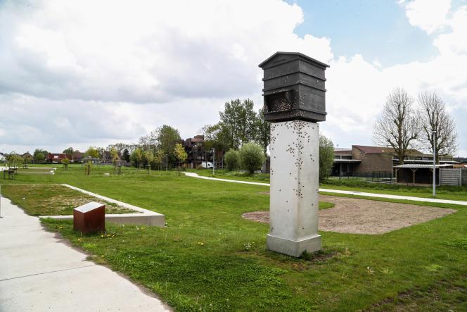 Les abeilles sont censées représenter les Lettons du camp de prisonniers de guerre britannique de Vloethemveld, àZedelgem (Belgique).