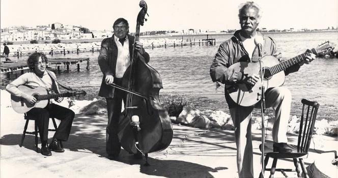 Brassens, Pierre Nicolas (contrebasse) et Joël Favreau (guitare) à Sète, lors de l'émission « Escale en Languedoc », diffusée en juillet 1981.