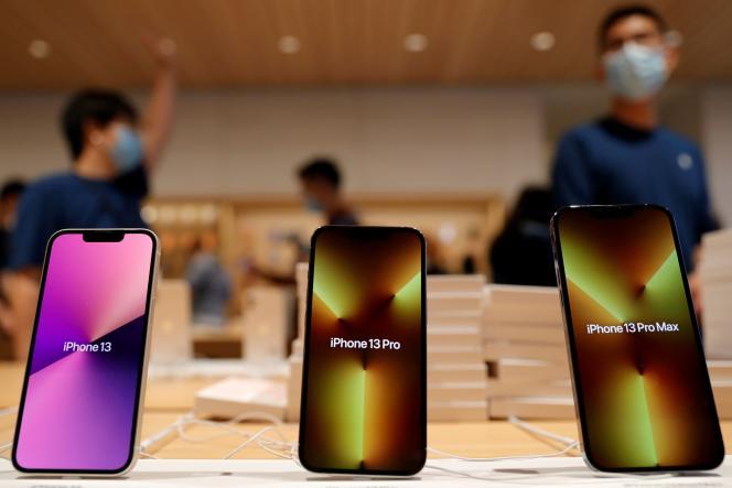 Des modèles d'iPhone 13 exposés dans une boutique Apple, à Pékin, le 24 septembre 2021.